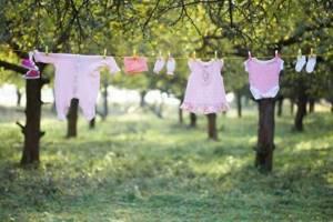 Чем стирать детские вещи для новорожденных: обзор 4 вариантов моющих средств, правила стирки