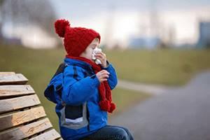 Можно ли гулять с ребенком при насморке: 5 противопоказаний для прогулок