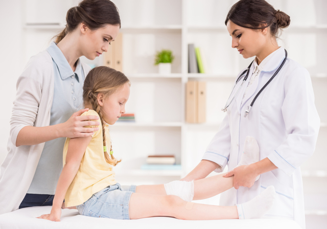 Перелом у ребенка: руки, ноги (стопы, голени), черепа, со смещением и без, как отличить от ушиба