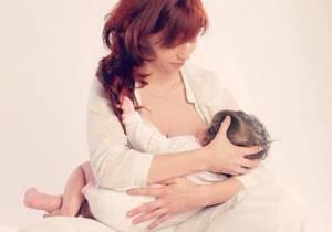 Позы для кормления новорожденного: 8 правильных вариантов лёжа, сидя и с маленькой грудью