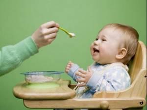 Сколько должен съедать новорождённый ребенок в 1, 2 месяца за одно кормление: 7 правил, таблица норм