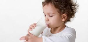 Со скольки месяцев можно давать ребенку коровье молоко: 8 важных правил от врача-педиатра
